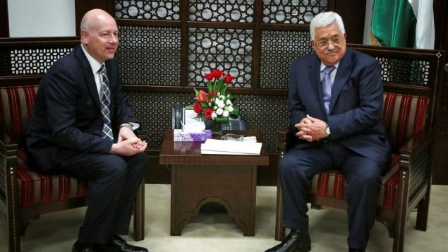 رئيس السلطة الفلسطينية محمود عباس (من اليمين) يلتقي بجيسون غرينبلات، مبعوث الرئيس الأمريكي دونالد ترامب الخاص للمحادثات الدولية، في مدينة رام الله في الضفة الغربية، 14 مارس، 2017. (Flash90)
