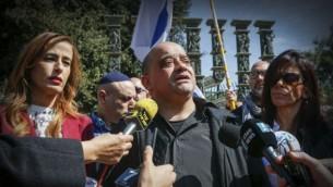 عضو الكنيست نافا بوكر (من اليسار) إلى جانب أوشار وتشارلي عزاريا (من اليمين)، والد الجندي الإسرائيلي إيلور عزاريا، الذي حُكم عليه بالسجن 18 شهرا بعد إدانته بالإجهاز على منفذ هجوم فلسطيني مصاب، خلال حديث لوسائل الإعلام من أمام مبنى الكنيست، 15 مارس، 2017. (Yonatan Sindel/Flash90)