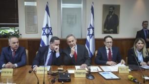 رئيس الوزراء بينيامين نتنياهو يترأس الجلسة الأسبوعية للحكومة في مكتبه في القدس، 16 مارس، 2017. (Marc Israel Sellem/POOL)