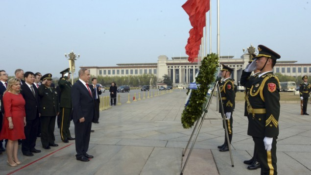 رئيس الوزراء بنيامين نتنياهو يزور النصب التذكاري لابطال الشعب في بكين، 21 مارس 2017 (Haim Zach / GPO)