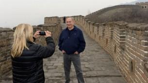 سارة نتنياهو تلتقط صورا بإستخدام هاتفها المحمول لزوجها، رئيس الوزراء بنيامين نتنياهو خلال زيارة لسور الصين العظيم في بكين، 22 مارس، 2017.(Haim Zach/GPO/Flash90)