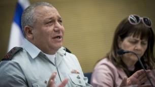 رئيس هيئة الأركان العامة للجيش الإسرائيلي، غادي آيزنكوت، خلال حضوره لجلسة للجنة رقابة الدولة في الكنيست، 22 مارس، 2017. (Yonatan Sindel/Flash90)