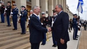 وزير الدفاع الأمريكي جيمس ماتيس (من اليسار) يرحب بنظيره الإسرائيلي أفيغدور ليبرمان عند وصوله إلى البنتاغون في 7 مارس، 2017. (Courtesy: Ariel Hermoni/Defense Ministry)