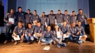 المشاركون ال15 في أول برنامج إعدادي ما قبل الخدمة العسكرية موجه للبدو في إسرائيل خلال حفل تخرجهم في 28 فبراير، 2017. (Courtesy)