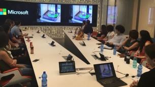 متدربون في برنامج التدريب الفلسطيني (PIP) خلال زيارة لمركز مايكروسوفت للبحث والتطوير في هرتسليا، 20 يوليو، 2016. (Courtesy)
