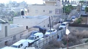 الشرطة تداهم منزل منفذ هجوم في القدس الشرقية قام بطعن شرطيين إسرائيليين في 13 مارس، 2017. (Screen capture/Israel Police)