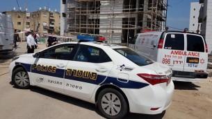 الشرطة وطواقم الإسعاف في موقع جريمة قتل في مدينة طبريا الواقعة شمال إسرائيل، 29 مارس، 2017. (MDA spokesperson)