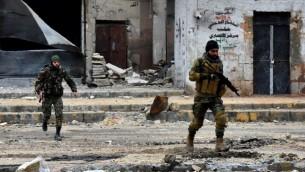 صورة أرشيفية تم التقاطها في 14 ديسمبر، 2016 تظهر تقدم  القوات الموالية للنظام في سوريا خلال عملية عسكرية في مدينة حلب شمالي البلاد. (AFP Photo/George Ourfalian)
