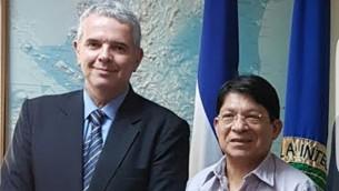 وزير خارجية نيكاراغوا دنيس مونكادا كوليندرس، من اليمين، ونائب المدير العام لوزارة الخارجية الإسرائيلية لأمريكا اللاتينية، مودي إفرايم، في ناغاوا، مارس 2017. (Courtesy Foreign Ministry of Nicaragua)