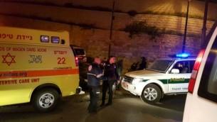 الشرطة وطواقم الإسعاف في موقع هجوم طعن أصيب خلاله شرطيان بجروح متوسطة، في البلدة القديمة في القدس، 13 مارس، 2017. (Magen David Adom)