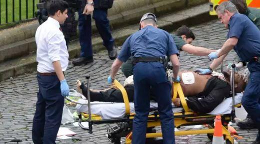 رجل يتلقى العلاج من طواقم الأسعاف من خارج مجلس العموم البريطاني في لندن الأربعاء، 22 مارس، 2016. تقارير تشير إلى أن هذا الرجل هو المسؤول عن الهجوم الذي راح ضيحته ثلاثة أشخاص.(Screen capture/YouTube)