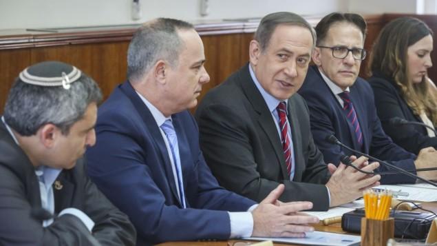 رئيس الوزراء بينيامين نتياهو يترأس الجلسلة الأسبوعية للحكومة في مكتبه في القدس، 26 مارس، 2017. ( Marc Israel Sellem/POO)