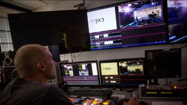 غرفة التحكم المبنية حديثا في مكاتب هيئة البث العام الإسرائيلية، في تل أبيب، 29 أغسطس، 2016. (Miriam Alster/Flash90)