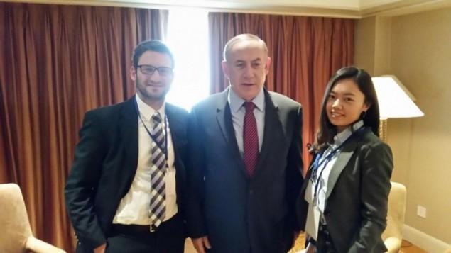 رئيس الوزراء بنيامين نتنياهو في غرفته في فندق ببكين، خلال مقابلة مع مراسل تايمز اوف اسرائيل الدبلوماسي رفائيل اهرين، ومحررة موقع تايمز اوف اسرائيل باللغة الصينية يه فينغ تشو (Times of Israel staff)