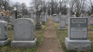 قبور في مقبرة 'حيسيد شل ايميت' التي تم تخريبها في الولايات المتحدة، 22 فبراير 2017 (Michael Thomas/ Getty Images)