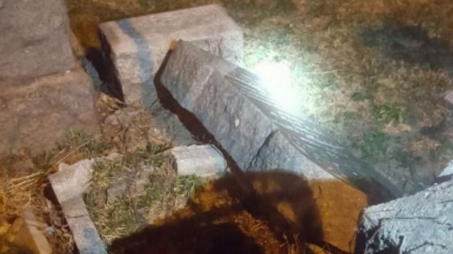 صورة توضيحية - شواهد قبور محطمة في مقبرة يهودية في بروكلين يوم السبت، 4 مارس، 2017. (screen capture: Twitter/Dov Hikind)