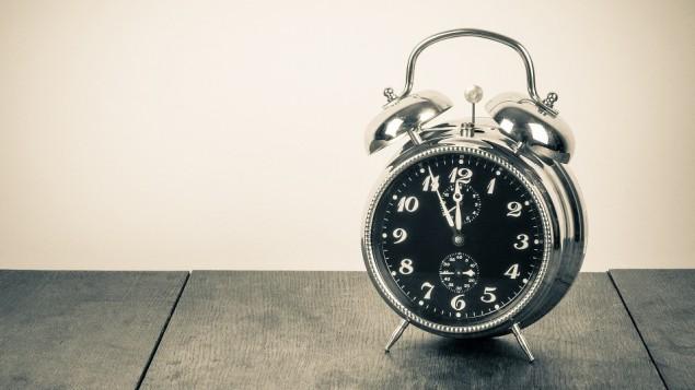 صورة توضيحية لساعة (Photo credit: clock image via Shutterstock)