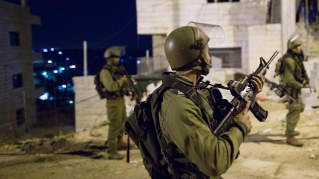 صورة للتوضيح: جنود إسرائيليون خلال مداهمة في مخيم الدهيشة، بالقرب من مدينة بيت لحم، 8 ديسمبر، 2015. (Nati Shohat/Flash90)