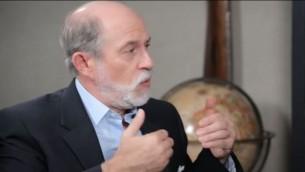 فرانك غافني، مؤسس ورئيس المركز للسياسة الامنية، خلال مقابلة حول الإسلام في امريكا، صدرت في نوفمبر 2016 (Screen capture/YouTube)