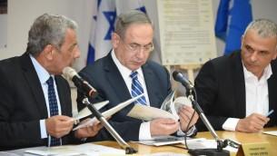 رئيس الوزراء بنيامين نتنياهو (مركز) ووزير المالية موشيه كحلون (يمين) خلال حدث في مدينة ايلات، جنوب اسرائيل، 7 مارس 2017 (Yair Sagi/POOL)