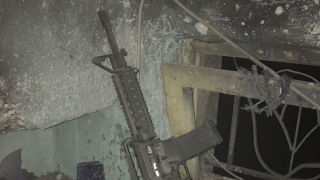 بندقية من طراز ام 16 تم العثور عليها داخل منزل مشتبه فلسطيني في الضفة الغربية، 6 مارس 2017 (IDF)