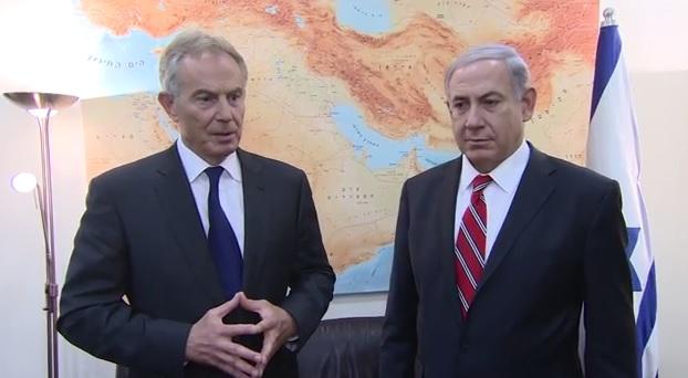 رئيس الوزراء بينيامين نتنياهو (من اليمين) مع مبعوث اللجنة الرباعية للشرق الأوسط حينذاك توني بلير، 17 يونيو، 2014. (Youtube screen cap)