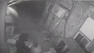 صور كاميرا المراقبة تظهر المشتبه به مع سيجارة مشتعلة في فمه، مارس 2017. (YouTube screenshot)