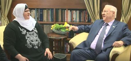 مدرسة اللغة العبرية من مدينة الطيبة، جيهات جابر (من اليسار) تلتقي برئيس الدولة رؤةفين ريفلين في مقر إقامته في القدس، 8 مارس، 2017. (Screen capture/Facebook)