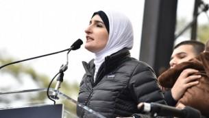 ليندا صرصور تلقي كلمة خلال مسيرة النساء في العاصمة الأمريكية واشنطن، 21 يناير، 2017. (Theo Wargo/Getty Images)