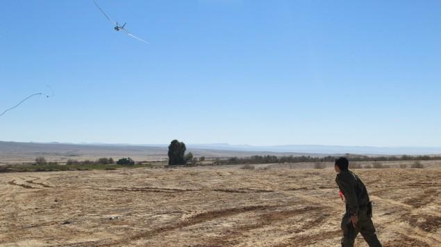 جندي يتدرب مع الطائرة بدون طيار من طراز سكايلارك (Courtesy: Cpl. Zev Marmorstein/ IDF Spokesperson's Unit)