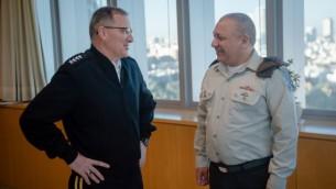 قائد القوات العسكرية الأمريكية في أوروبا الجنرال كورتيس سكاباروتي يلتقي برئيس هيئة الأركان العامة للجيش الإسرائيلي غادي آيزنكوت في مقر الجيش في تل أبيب، في إطار زيارة رسمية، 6 مارس، 2017. (IDF Spokesperson's Unit)