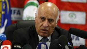رئيس الإتحاد الفلسطيني لكرة القدم، جبريل الرجوب، يعقد مؤتمرا صحفيا في 12 أكتوبر، 2016 في مدينة رام الله بالضفة الغربية.  (Abbas Momani/AFP)