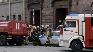 خدمات الطوارئ خارج محطة مترو في سان بطسبرغ، 3 ابريل 2017 (AFP Photo/Olga Maltseva)
