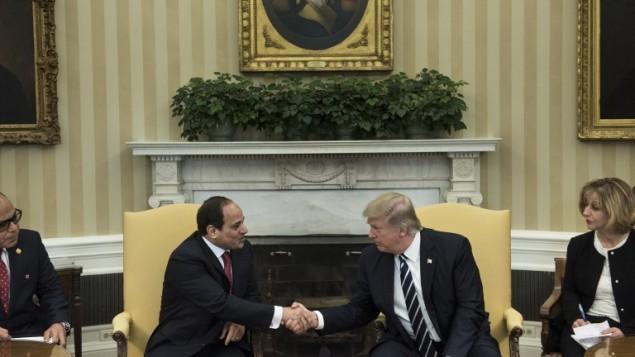 الرئيس المصري عبد الفتاح السيسي مع الرئيس الامريكي دونالد ترامب في البيت الابيض، 3 ابريل 2017 (BRENDAN SMIALOWSKI / AFP)