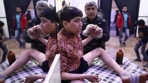 طفل سوري مصاب يبكي في مستشفى ميداني بعد غارات مفترضة لقوات النظام السوري في بلدة دوما، 3 ابريل 2017 (Abd Doumany/AFP)