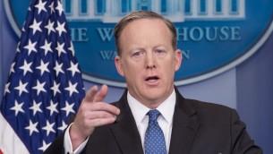 المتحدث بإسم البيت الأبيض شون سبايسر خلال المؤتمر الصحفي اليومي في البيت الأبيض في العاصمة واشنطن، 3 أبريل، 2017. (AFP PHOTO / NICHOLAS KAMM)