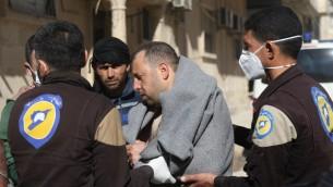 عناصر من الدفاع المدني تنقل رجلا سوريا إلى مستشفى صغير في بلدة معرة النعمان بعد هجوم يُرجح أنه بغازات سامة في خان شيخون، بلدة مجاورة تخضع لسيطرة المتمردين في محافظة إدلب شمالي غربي سوريا، 4 أبريل، 2017. (AFP PHOTO / Mohamed al-Bakour)