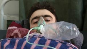 رجل سوري يتلقى العلاج في بلدة معرة النعمان في أعقاب ما يُرجح بأنه هجوم كيميائي في بلدة خان شيخون،  بلدة مجاورة تخضع لسيطرة المتمردين في محافظة إدلب شمالي غربي سوريا، 4 أبريل، 2017. (AFP PHOTO / Mohamed al-Bakour)