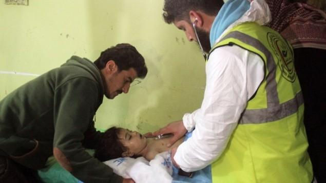 طفل سوري يتلقى العلاج في مستشفى في بلدة خان شيخون السورية، بعد هحوم بأسلحة كيميائية، 4 ابريل 2017 (AFP/Omar Haj Kadour)