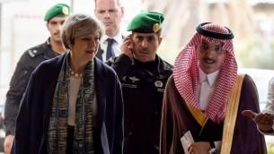 رئيسة الوزراء البريطانية تيريزا ماي مع وزير الاقتصاد السعودي محمد الجدعان في الرياض، 4 ابريل 2017 (FAYEZ NURELDINE / POOL / AFP)