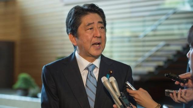 رئيس الوزراء الياباني شينزو ابي خلال مؤتمر صحفي في منزله الرسمي في طوكيو، 5 ابريل 2017 (KAZUHIRO NOGI / AFP)