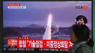 صورة لشاشة تلفزيون تظهر تجربية صاروخية في كوريا الشمالية، داخل محطة قطارات في سيول، 5 ابريل 2017 (AFP Photo/Jung Yeon-Je)