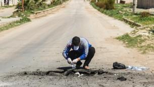رجل سوري يجمع عينات من موقع هجوم كيميائي مشتبه في بلدة خان شيخون السورية، 5 ابريل 2017 (AFP/Omar Haj Kadour)