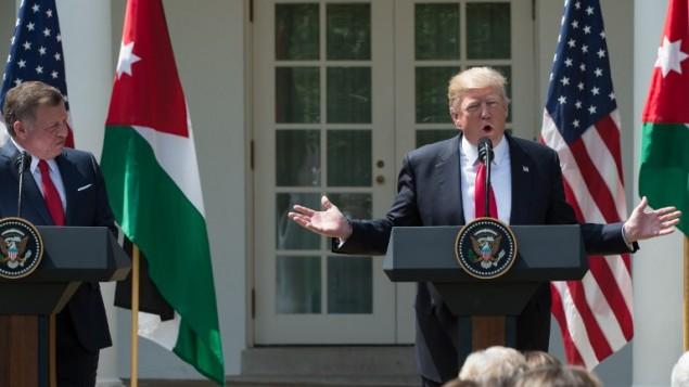 الرئيس الأمريكي دونالد ترامب يتحدث خلال مؤتمر صحفي مشترك مع ملك الأردن عبد الله الثاني في حديقة الزهور في البيت الأبيض، العاصمة الأمريكية واشنطن، 5 أبريل، 2017. (AFP PHOTO / NICHOLAS KAMM)