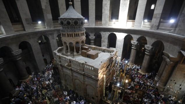 مسيحيون أرثوذكس يحتفلون بأحد الشعانين في كنيسة القيامة في البلدة القديمة بمدينة القدس، 9 أبريل، 2017. (AFP Photo/Gali Tibbon)