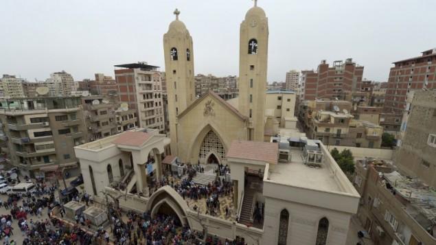 اشخاص محتشدين امام كنيسة مار جرجس القبطية في مدينة طنطا، بعد استهداف تفجير للمصلين خلال احد الشعانين، 9 ابريل 2017 (AFP/KHALED DESOUKI)