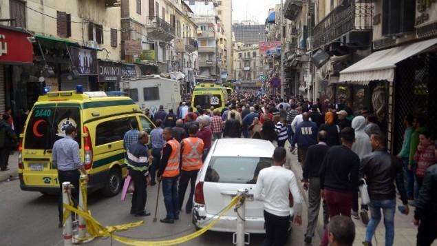مصريون يحتشدون أمام كنيسة في الإسكندرية بعد انفجار استهدف المصلين الذين احتفلوا بأحد الشعانين في 9 أبريل، 2017. ( AFP PHOTO / STRINGER)