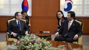 وزير الخارجية الكوري الجنوبي يون بيونغ سي يتحدث مع وو داويي، المبعوث الصيني الخاص لشؤون لجزيرة الكورية، خلال لقائهما في سيول، 10 ابريل 2017 (JUNG YEON-JE / POOL / AFP)