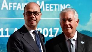 وزير الخارجية الإيطالي أنجلينو ألفانو يرحب وزير الخارجية الأميركي ريكس تيلرسون عند وصوله اجتماع وزراء خارجية مجموعة السبع في توسكانا بإيطاليا، 10 ابريل 2017 (VINCENZO PINTO / AFP)