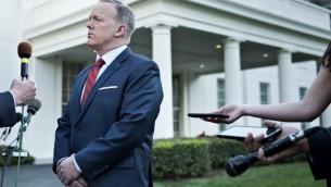 المتحدث بإسم البيت الأبيض شون سبايسر يتحدث إلى صحافي حول المقارنة االتي قام بها بين الرئيس السوري بشار الأسد وهتلر خلال المؤتمر الصحفي اليومي للبيت الأبيض في وقت سابق من اليوم، 11 أبريل، 2017 في العاصمة الأمريكية واشنطن. (AFP PHOTO / Brendan Smialowski)